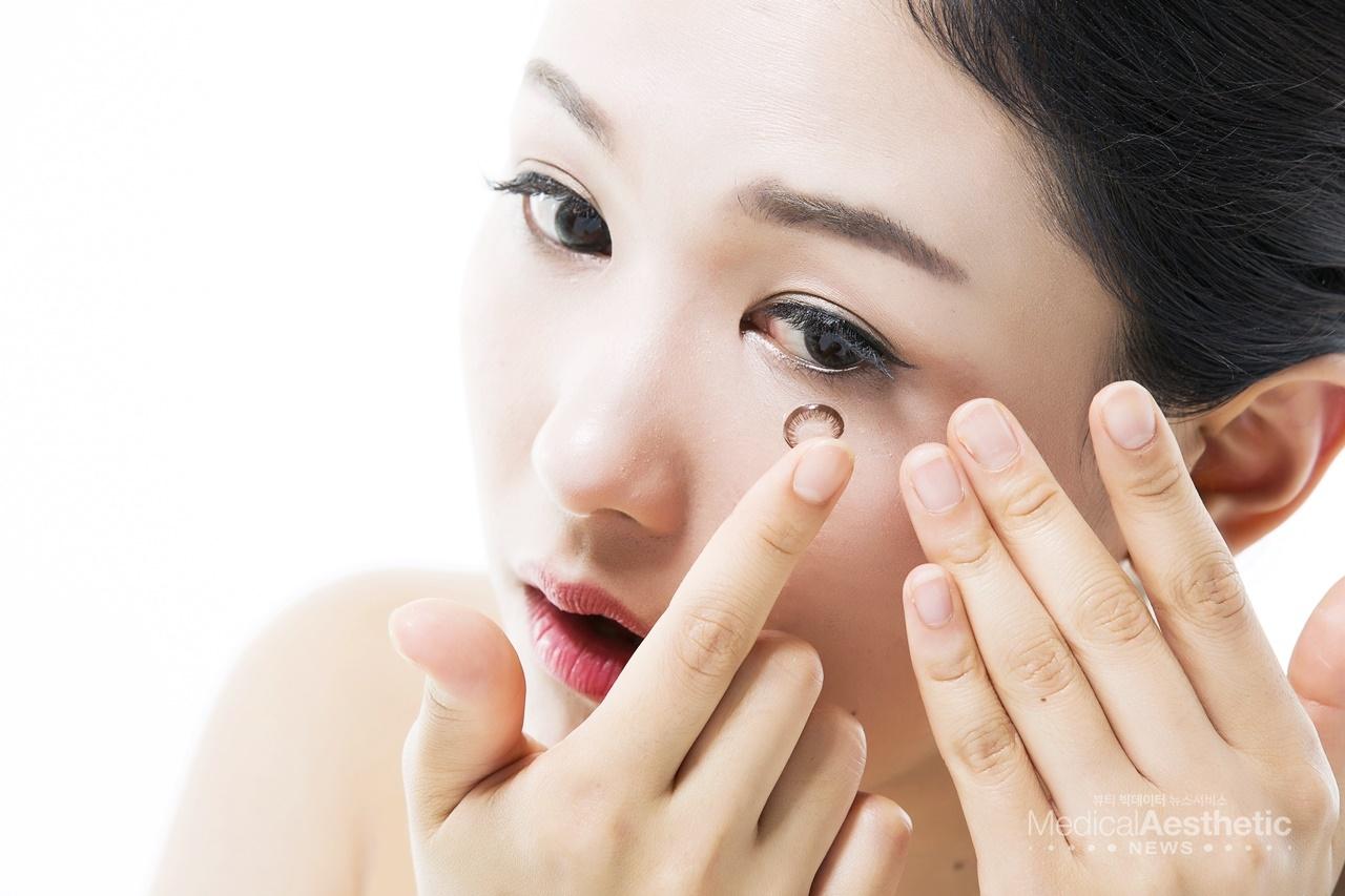 눈 수술 후에는 부작용이 생기지 않도록 주의해야 한다. 렌즈는 착용해도 되지만, 착용 중 불편함을 느낀다면 2주 뒤에 착용하는 것이 좋다. (본 이미지는 기사 내용과 관련 없음)
